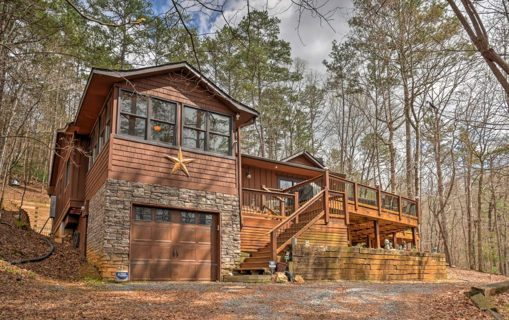 Secluded & Luxury Ellijay Cabin w/ Hot Tub & Deck!