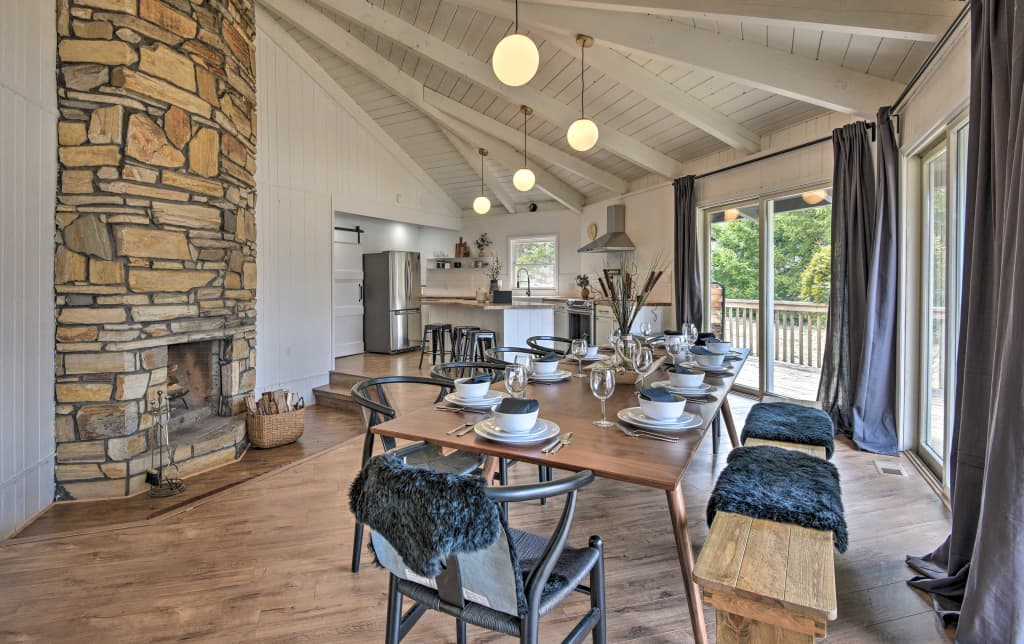 Phenomenal Modern Poconos Cabin W Hot Tub Deck Fireplace Home Interior And Landscaping Analalmasignezvosmurscom