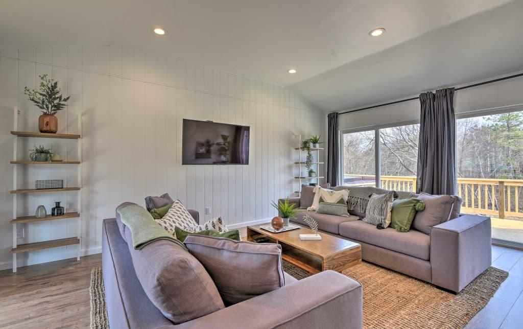 Pleasing Modern Poconos Cabin W Hot Tub Deck Fireplace Home Interior And Landscaping Analalmasignezvosmurscom