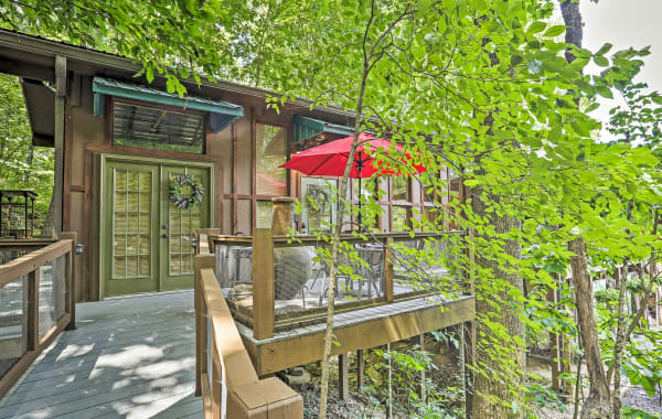 Treehouse tiny house vacation rental in Valley Head, AL with balcony