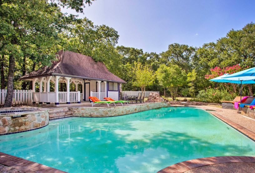 Vacation rental with swimming pool in Fort Worth, Texas