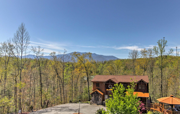 Luxury vacation rental near Sevierville, Tennessee with a view of the Smoky Mountains