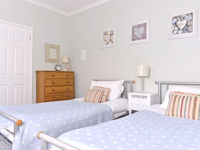 holiday accommodation eastbourne twin bedroom