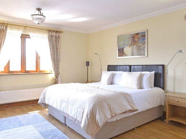Master bedroom - super kingsize or twin