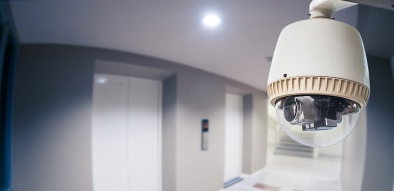 Камера видернаблюдения в подъезде жилого дома.