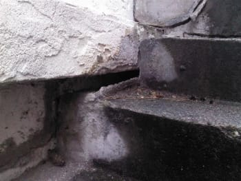 Separation of the side stairs