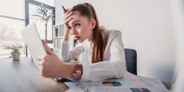 woman giving two weeks' notice