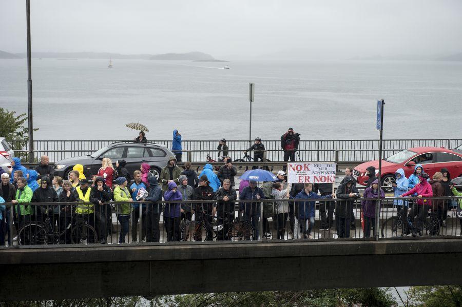 Aksjon mot bomringen på Bybrua i Stavanger. Flere har møtt opp for å stenge trafikken på broen som går fra Stavanger til Hundvåg.