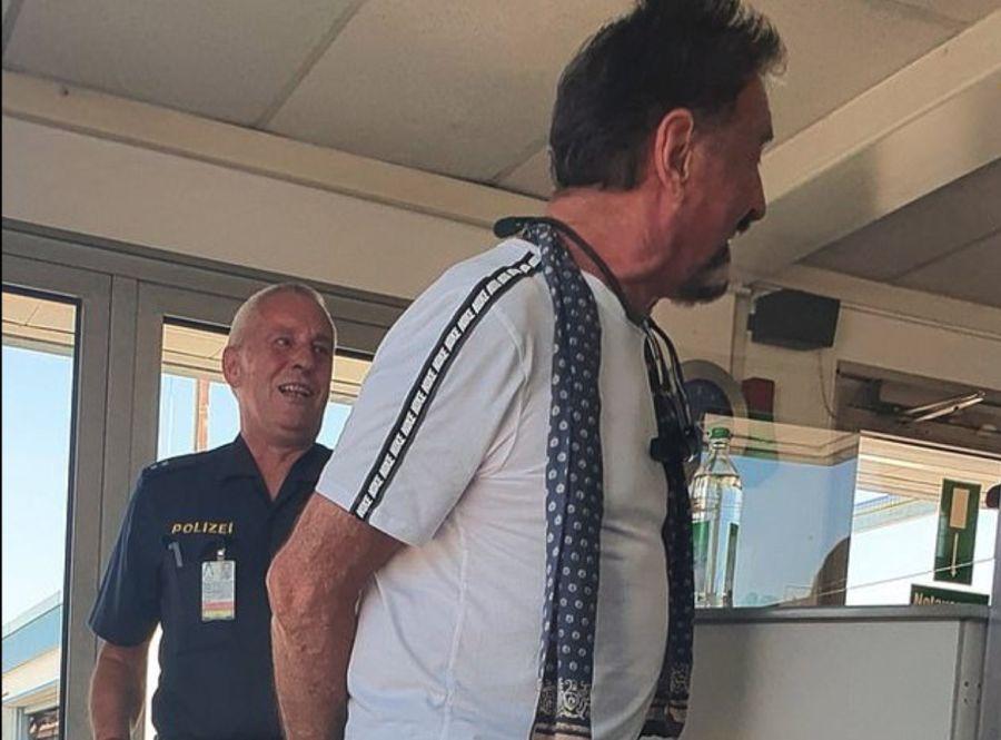 På ett av bildene McAfee la ut på Twitter, kan man tydelig se at det står «Polizei» på uniformen til politimannen.