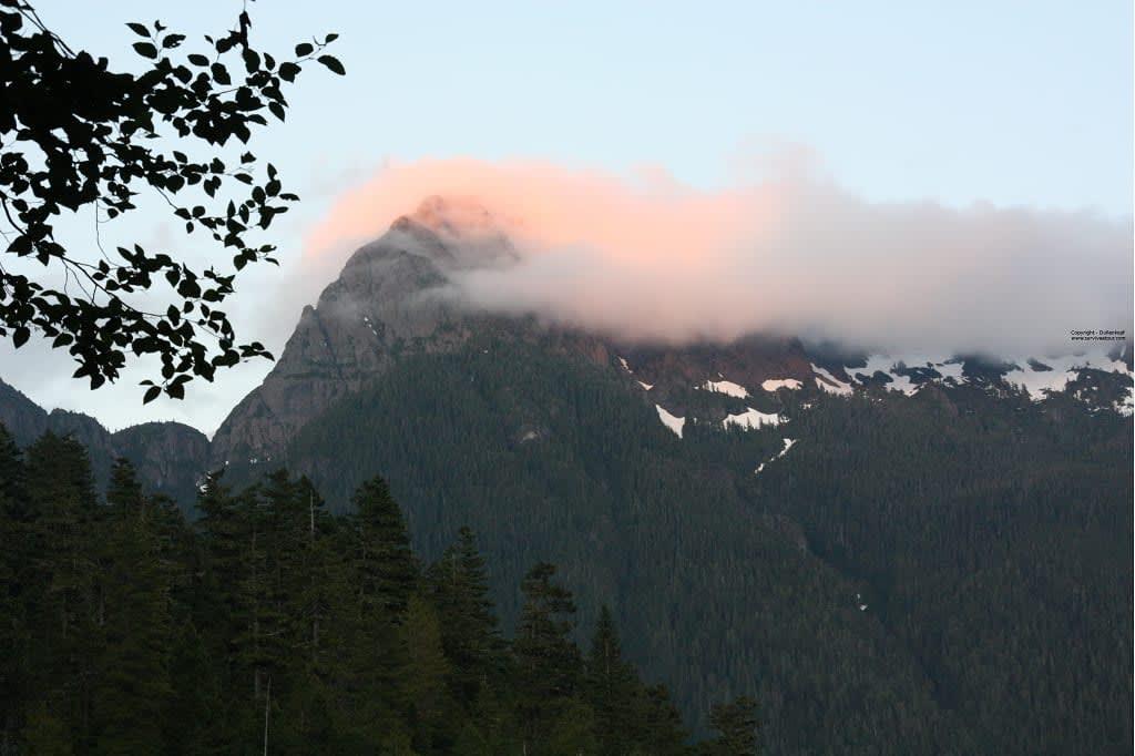 Berg mit Wolken am Schoenlake Vancouver Island
