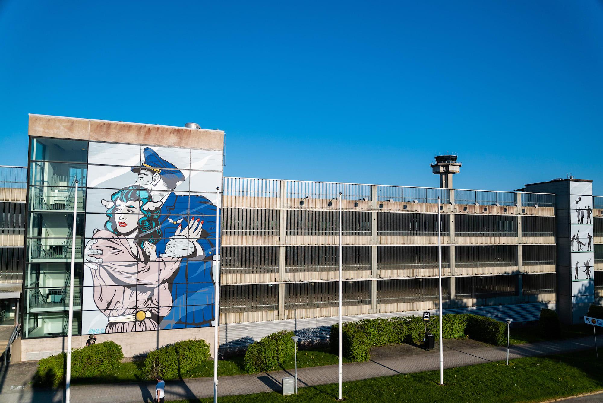 Les passagers de l'aéroport de Göteborg accueillis par une œuvre géante de D*Face