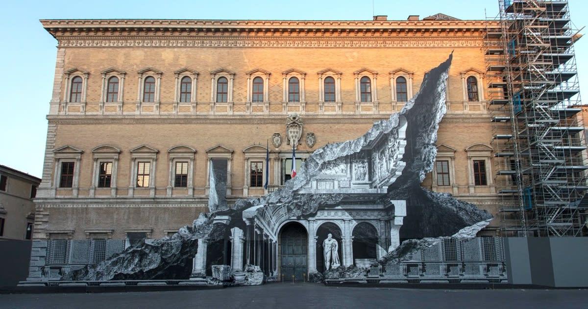 À Rome, la dernière illusion de JR's découpe le Palazzo Farnese