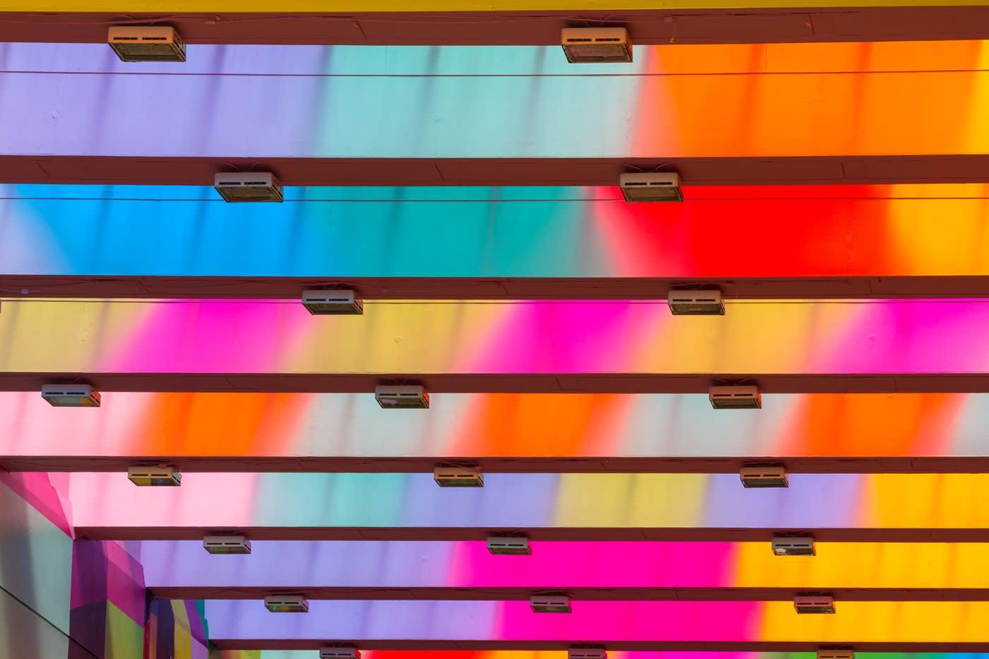 """Morag Meyerscough créé du lien grâce à """"ruban infini"""", une installation colorée à Coventry"""