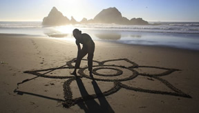 Video: Sand Art in San Francisco