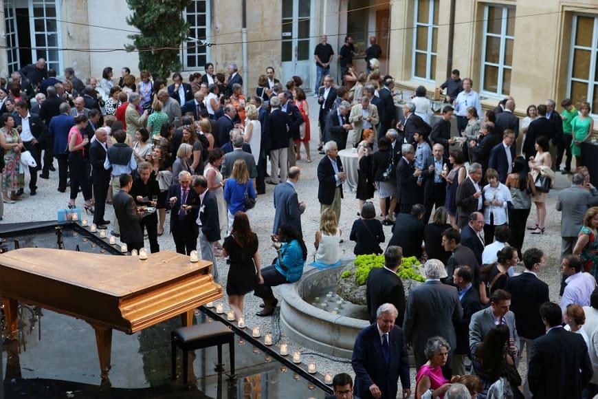 RELATIONS ENTREPRISES,  photographies realisees lors de la premiere de DAVID ET JONATHAS. Prise de vues des mises et cocktails dinatoires, Cour de Maynier d'Oppède ,  au Cloitre et au  Jardin