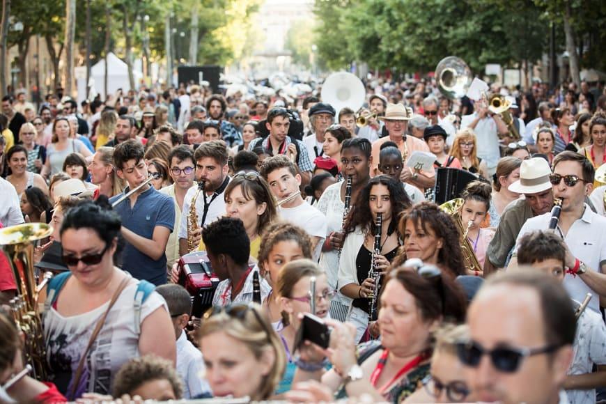 Parade[s] Orfeo & Majnun le dimanche 24 juin 2018 sur le Cours Mirabeau, Aix-en-Provence. Festival d'Aix-en-Provence.