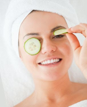 Remove under eye wrinkles using fresh cucumber