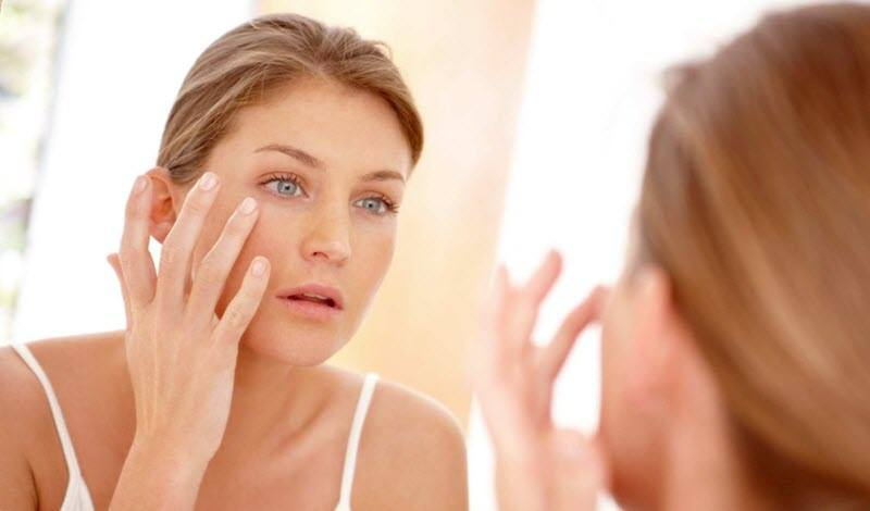 A woman wants to get rid of wrinkles under eyes