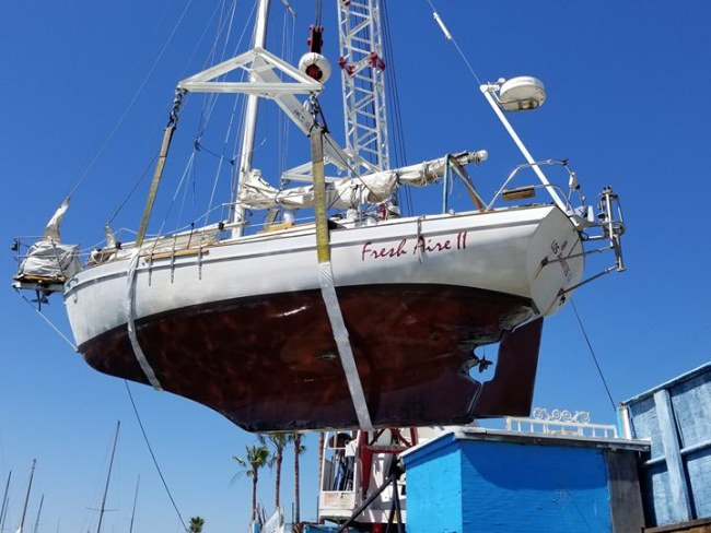 Bottoms Up! This 1985 Pacific Seacraft is hanging in the slings for survey!