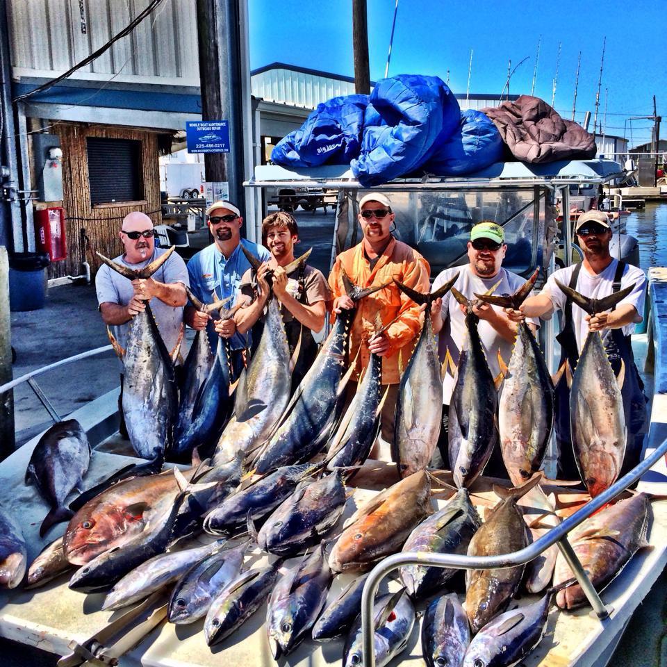 Fish Commander Offshore Fishing Charters:  OVER-NIGHT TUNA FISHING 32'