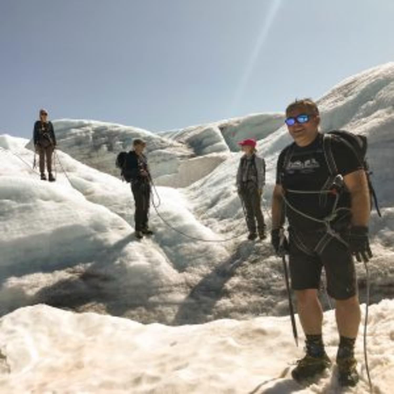Opplevelsestur i blåisen på Bøverbreen og Krossbu Turisthytte