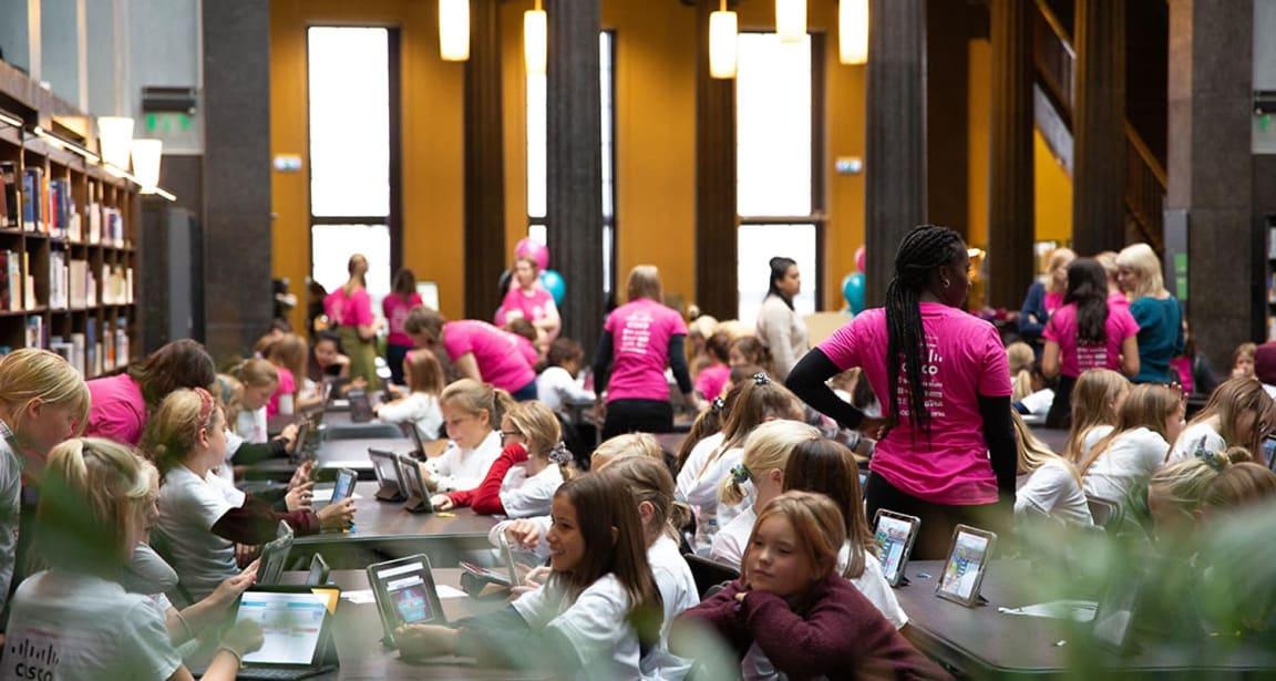 GIRL TECH FEST på Deichmanske hovedbibliotek i Oslo. 300 jenter som lærer seg å kode er kult!