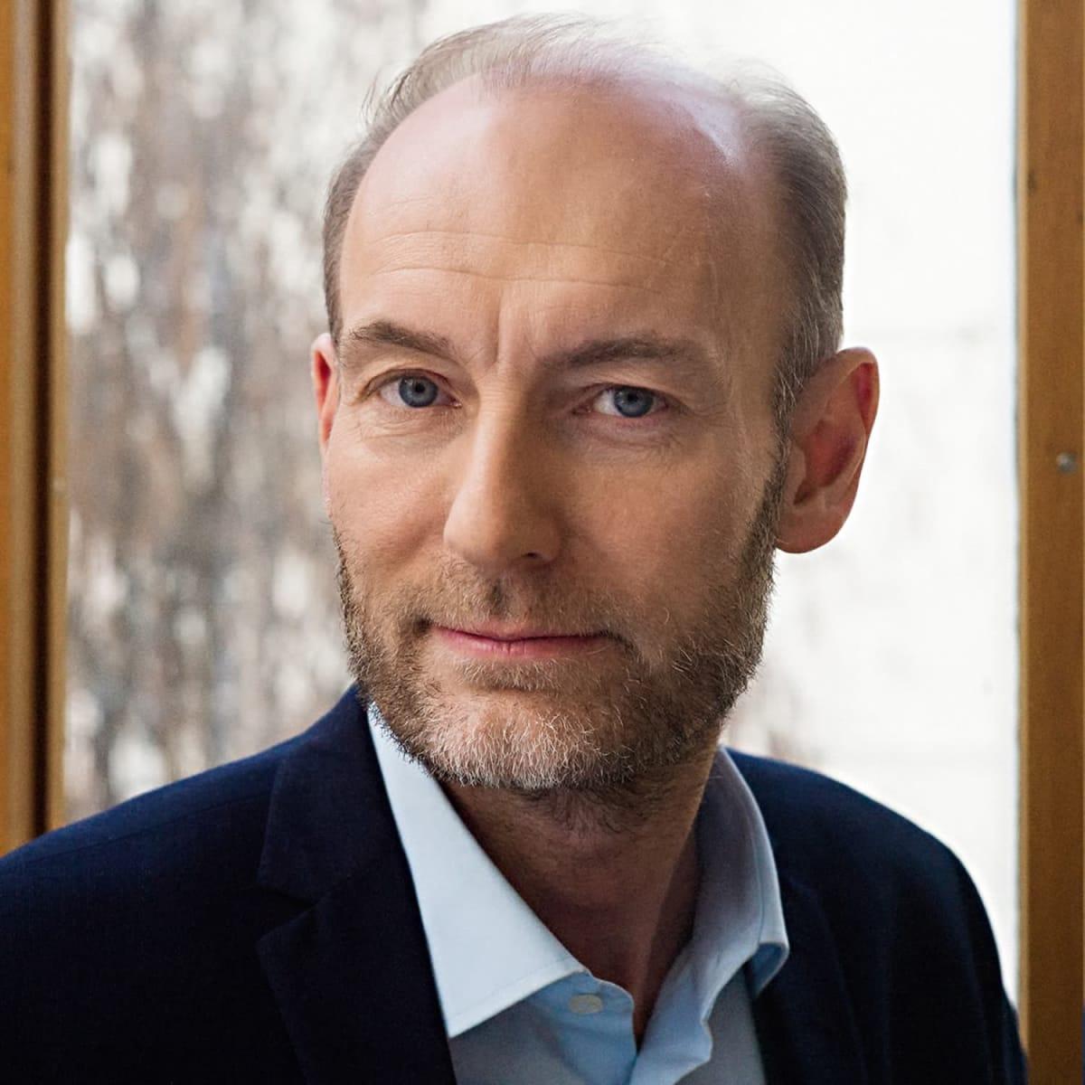 Knut Olav Åmås er direktør i Stiftelsen Fritt Ord siden 2014. Han har også vært statssekretær i Kulturdepartementet og kultur- og debattredaktør i Aftenposten. Han har flere styreverv, har utgitt 20 bøker og mottatt flere priser.