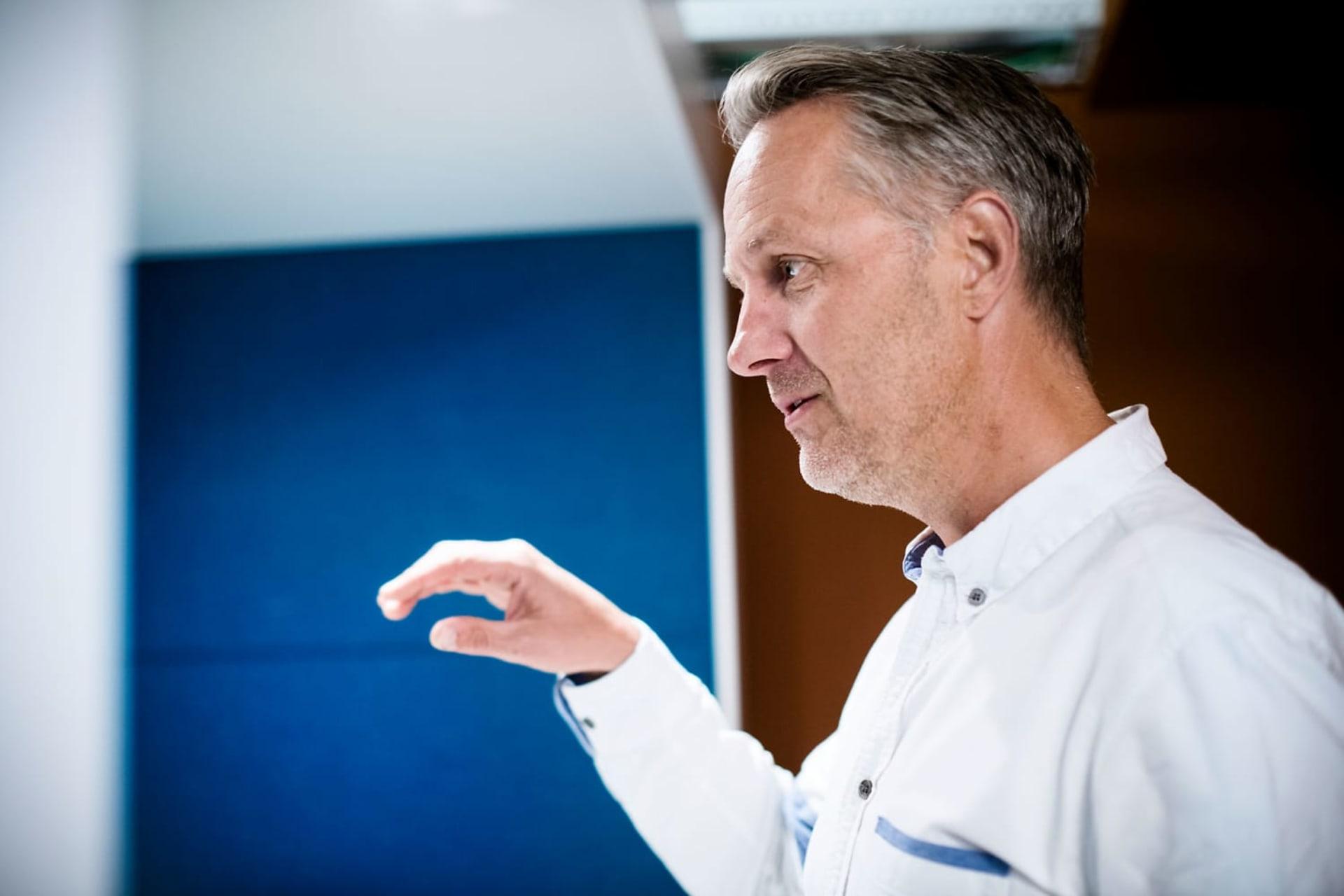 """""""HOPPET AV"""": Anders H. Lier jobbet i mange år i internasjonale selskaper og reiste mye rundt. Til slutt bestemte han seg for å bruke all sin tid på å gjøre noe godt for verden. Derfor jobber han nå med impact investing på heltid."""