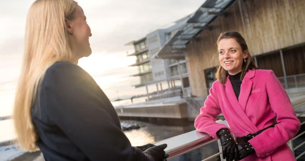 Ine oftedahl og Celine Brovoll ir unge i finansbransjen en møteplass gjennom tiltaket Ung i finans.