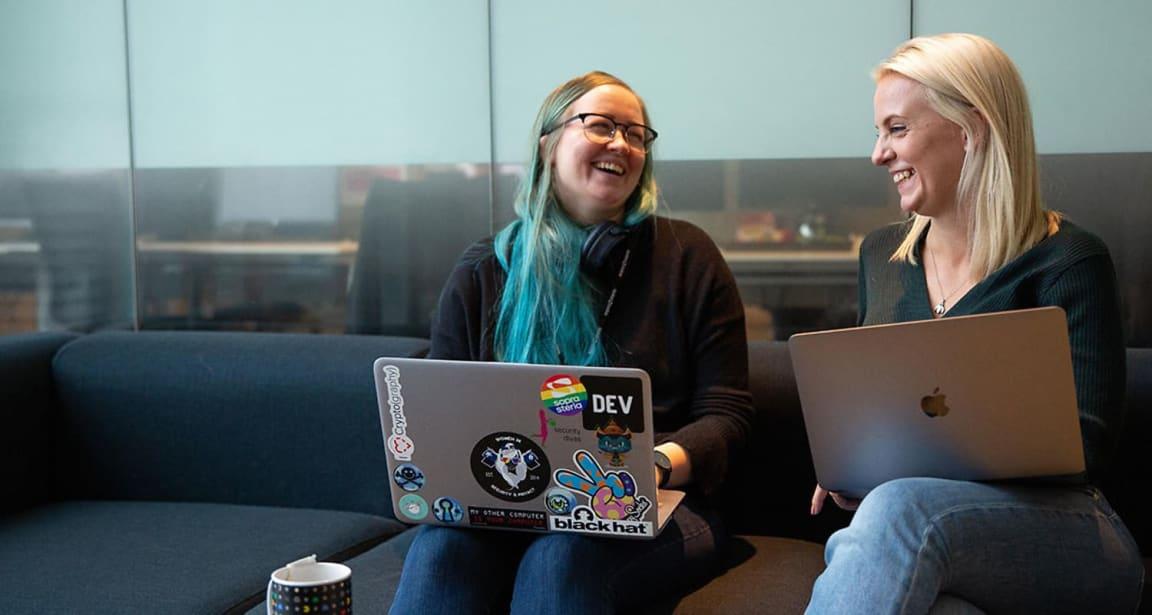 DATADAMER: Marit Tokle (t.v) og Kamilla Fredriksen er begge dataingeniører i Sopra Steria. De ønsker seg flere kvinnelige kodere.