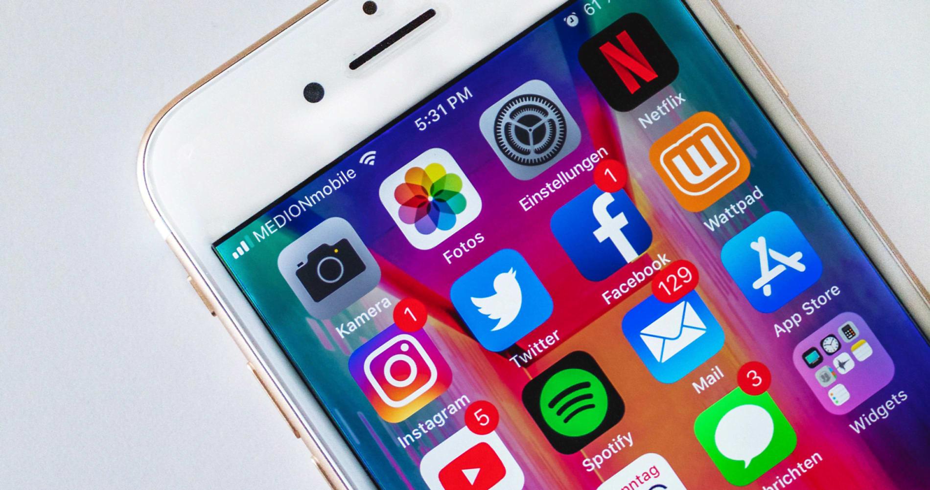 IKKE LETT Å LA VÆRE: Når telefonen er full av røde tegn som viser at du har mye ugjort, kan det bli fristende å gjøre arbeid utenfor arbeidstiden uten å føre timer. Det er skjult arbeid, ifølge advokatfullmektig i Finansforbundet, Marte Sogge Jensen.