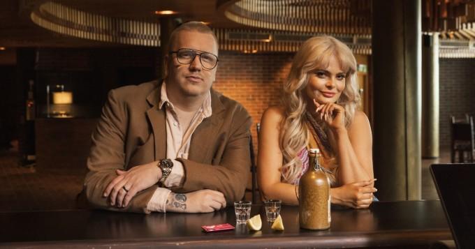 Erika Vikman ja Arttu Wiskari esittävät YleX:n kesäkumibiisin Tääl on niin kuuma