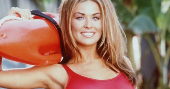 Huh! Baywatch-legenda Carmen Electra jakoi kuvia suihkukohtauksesta