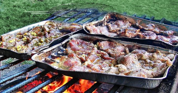 Hiekka kertakäyttögrillien alla poltti naisen jalan pahaan kuntoon - itse grillit olivat jo jäähtyneet