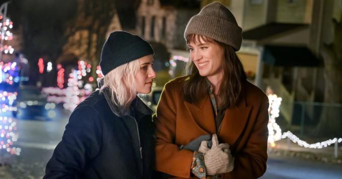 Elisa Viihde Viaplay tarjoaa jo joulutunnelmia: Kristen Stewart ja Mackenzie Davis tähdittävät komediaa Happiest Season