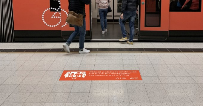Helsinki: uudenlainen opaste kokeilussa Rautatientorin metroasemalla