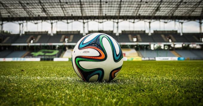 Puolassa kohdeltiin jalkapallofaneja kuin eläimiä - katso, missä oloissa peliä piti seurata