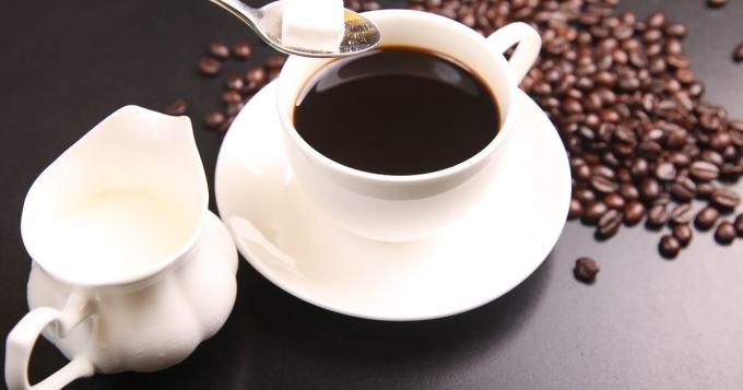 Huh mikä näky! Herkullinen pikimusta kahvi pikimustalla kermalla - joisitko? (kuva)