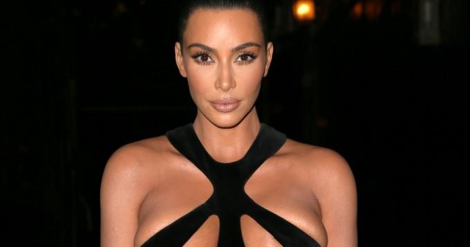 Kim Kardashian säväytti povi lähes ulkona - nyt raivostui idean varastamisesta