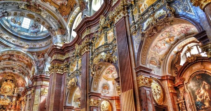 Katedraaliin rakennettiin erikoinen torni liukumäellä - käyttötarkoitus ihastuttaa