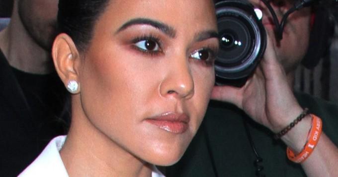 Kourtney Kardashian julkaisi rohkean kuvan kylpykuvan - tökerö photoshoppaus ihmetyttää