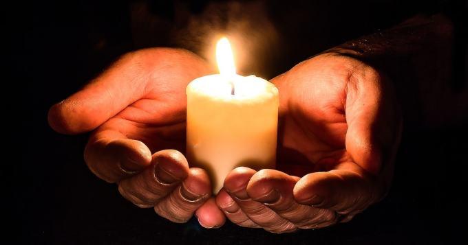 Töölönlahtea valaistaan kynttilöillä atomipommien uhrien muistolle - perinteinen Hiroshima-ilta 6.8.