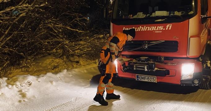 Laatu Hinaus perusti TikTok-kanavan - hurjia hinausvideoita Suomen lumikaaoksesta