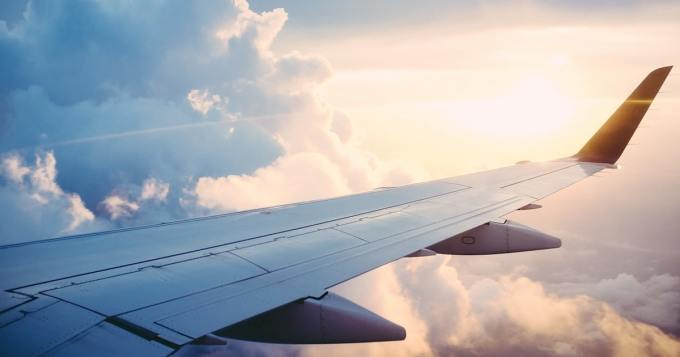 Matkustajat kuvasivat pilotin outoa toimintaa - yritti päästä ikkunasta sisään