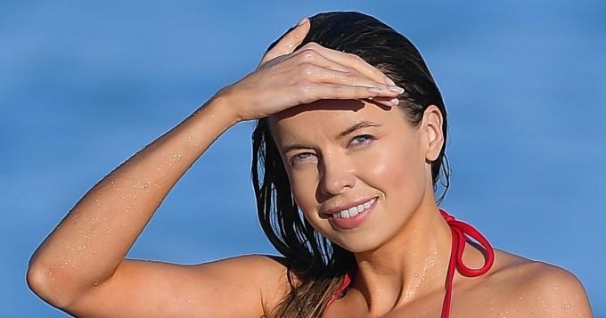 Pikkuruiset bikinit - vilautuskin lähellä! Brittihottis Louisa Warwick, 28, käänsi päitä rannalla