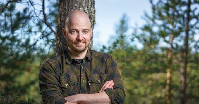 Keskustan kansanedustaja Mikko Kärnä esittelee räppitaitojaan kannanotolla polttoaineveroon