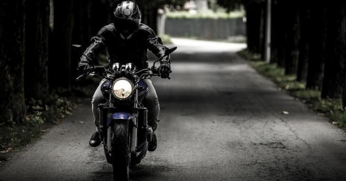 Moottoripyöräilijä saattoi menettää näkönsä - kananmuna heitettiin vastaan tulleesta autosta