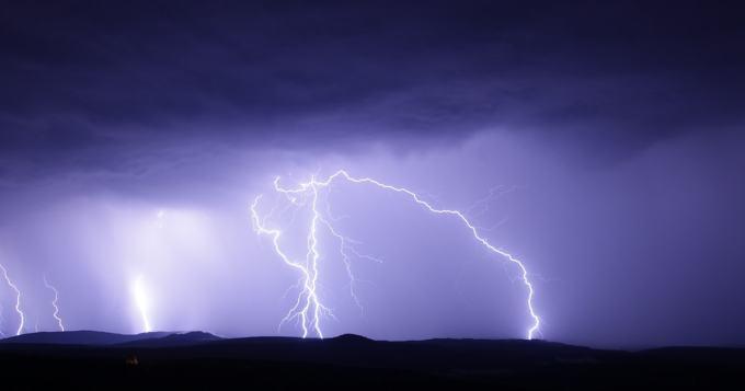 Dennis-myrskyn armoilla ollut majakka heilui villisti - melkein surrealistisen näköistä