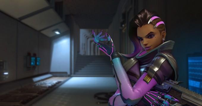 Upea näky! Overwatch-ääninäyttelijä pukeutui Sombra-hahmokseen