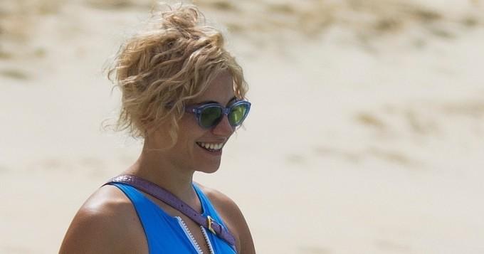 Laulajatar Pixie Lott on melkoinen hottis rannalla